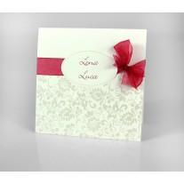 Hochzeitskarte aus weissem Metallickarton mit einem Blumenmuster in Glanzfolienprägung und einer roten Organzaschleife. (16371)