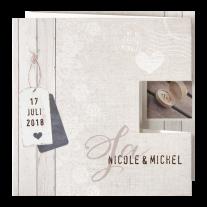 Moderne Hochzeitseinladung auf Strukturpapier mit Pop-up-Effekt