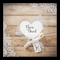 Moderne Hochzeitseinladung mit Gerüstbohlen und herzförmigem Ausschnitt