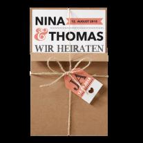 Moderne Hochzeitseinladung in Packpapier-Aufmachung mit Label