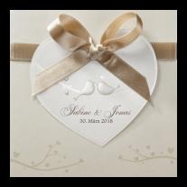 Liebliche Hochzeitseinladung mit großem Herzen an Satinband