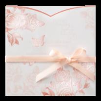 Hochzeitseinladung mit transparentem Umschlag aus Rosen und hellrosa Band