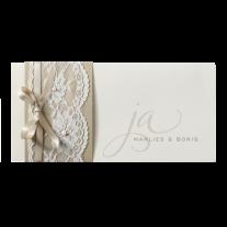 Schicke Hochzeitseinladung mit zierlicher Schriftart und einer Spitzen Banderole