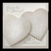 Kreative, perlmuttfarbene Hochzeitseinladung mit Magnetverschluss