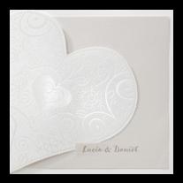 Romantische Hochzeitseinladung mit zierlichem Herzausschnitt