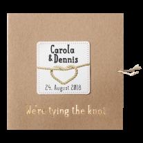 Hippe, typografische Hochzeitseinladung auf Packpapier mit Knoten