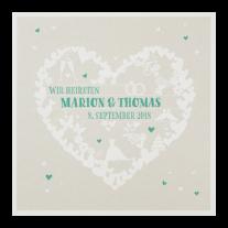 Hippe zierliche Hochzeitseinladung mit diversen Symbolen der Liebe