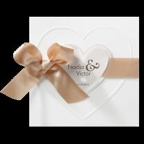 Romantische Hochzeitseinladung auf Perlmuttpapier mit Band und Herzen