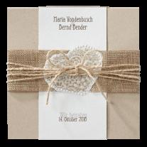 Hippe Hochzeitseinladung auf Packpapier mit Jute-Banderole und Band.