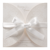 Hochzeitseinladung als romantischer Dreiteiler mit Blumenaufdruck.